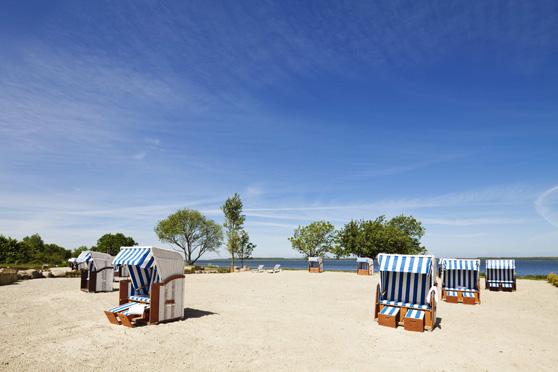 Liegewiese mit Strandsand und Strandkörben