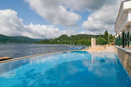 Treschers Schwarzwaldhotel Aussenpool mit Blick auf den See