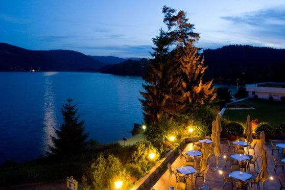 Romantische Abenddämmerung im Treschers am See, in der Urlaubsregion Titisee