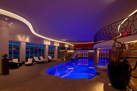 Das neue Hallenbad am Abend - Treschers Titisee Wellnesshotel