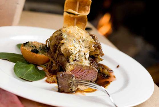 In der Hotelküche werden leckere Speisen gezaubert - landidyll naturpurhotel maarblick frank weiler