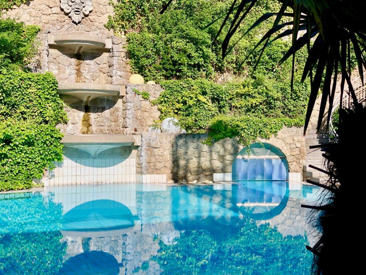 Wasserfall Außenbecken Hotel Maximilian