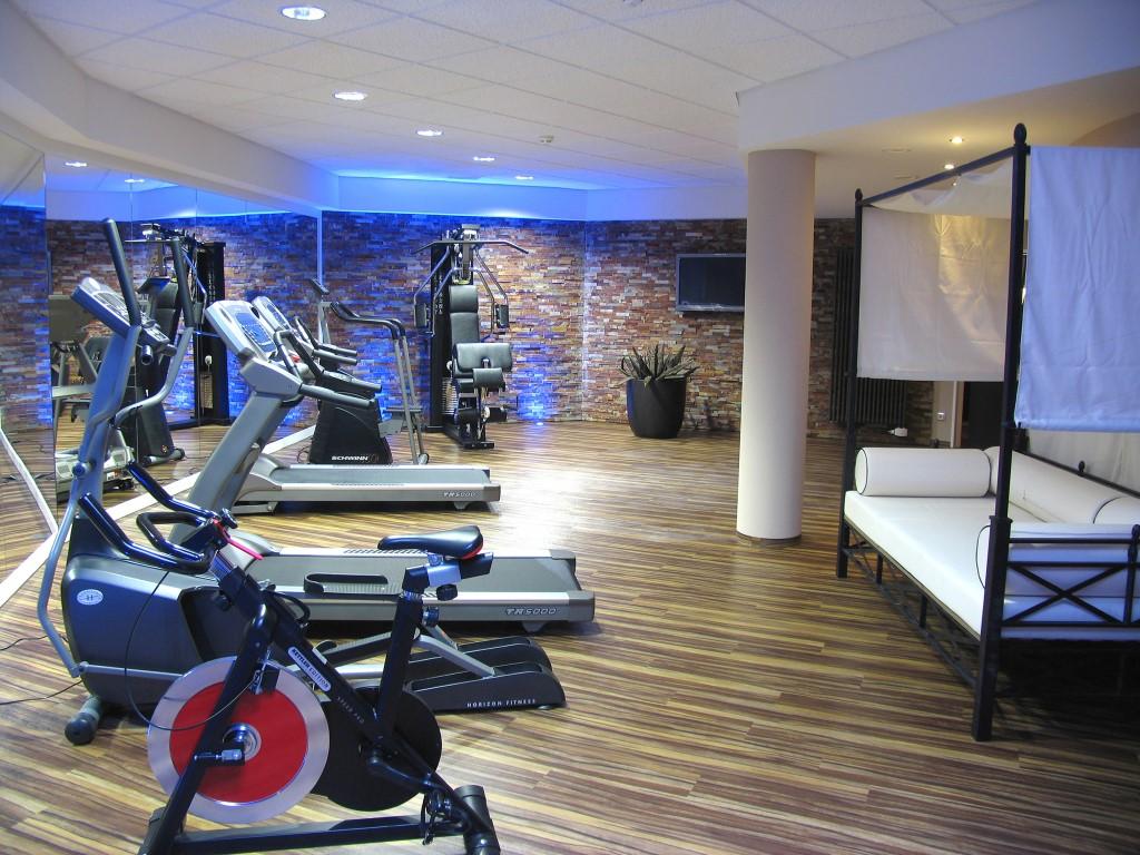 Fitnessraum mit modernen Trainingsgeräten