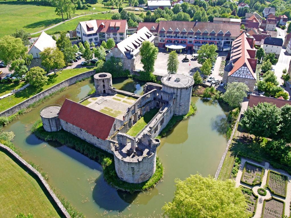 Luftbild des Hotels mit Wasserburgruine