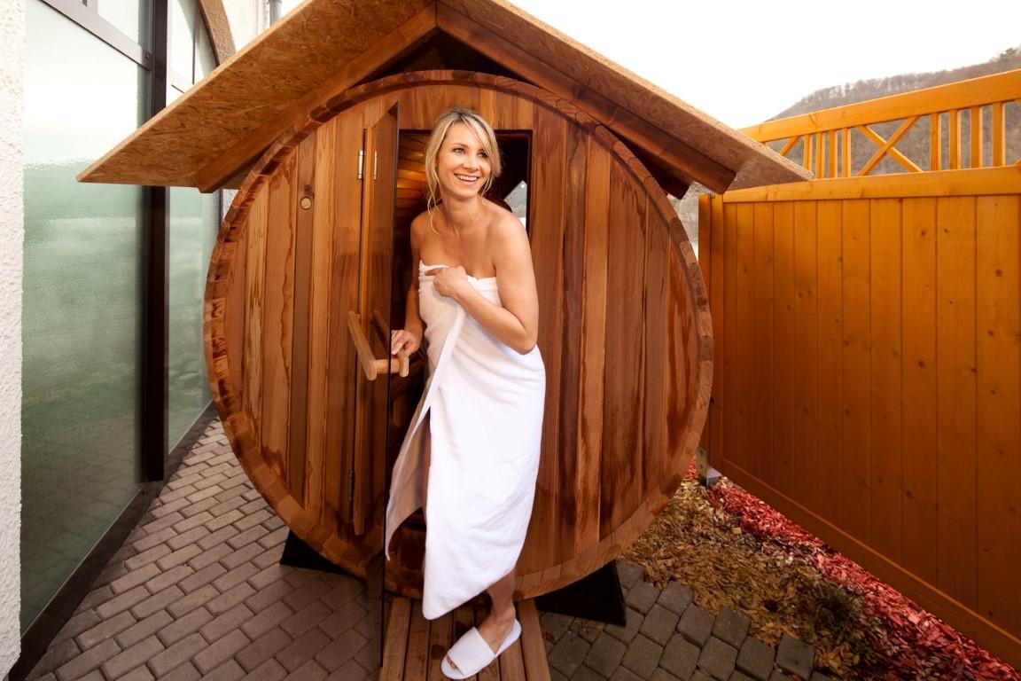 Holzfass-Sauna im Außenbereich