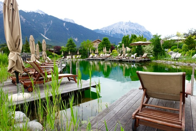 Blick in den idyllischen Hotelgarten