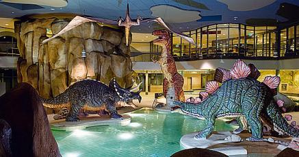 Im Festland teilt man sich das Schwimmbad mit Dinos