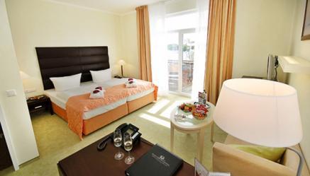 Romantische Zimmer mit Kaminofen gibts z.B. im Resort Mark Brandenburg; zu Hotel gehört auch die Fontane Therme