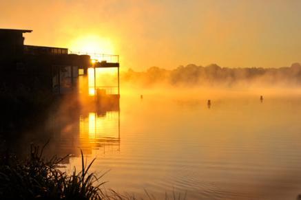 Bildquelle: Resort Mark Brandenburg bietet breites Saunaangebot u.a. mit schwimmender Seesauna, Yoga, Rückenschule etc.