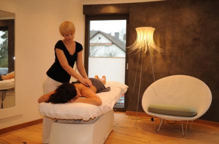 Massage mit Traubenkernöl im Michels Vitalquell, Vulkaneifel