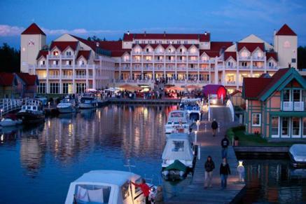 Blick auf das Hotel bei Nacht (Bildquelle: Maritim Hafenhotel Rheinsberg)