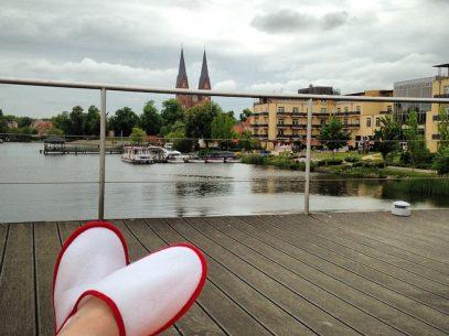 Zeit zu Zweit - Auf dem Dach der schwimmenden Seesauna im Resort Mark Brandenburg