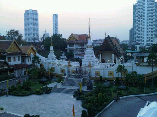 Wohnen im Tempel mit Skyline von Bangkok im Hintergrund