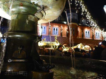 Goslar Adlerbrunnen mit Blick auf das Kaemmereihaus