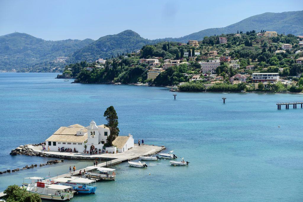 Korfu Stadt Blick auf Pondikonisi, Kanoni und Klosterinsel