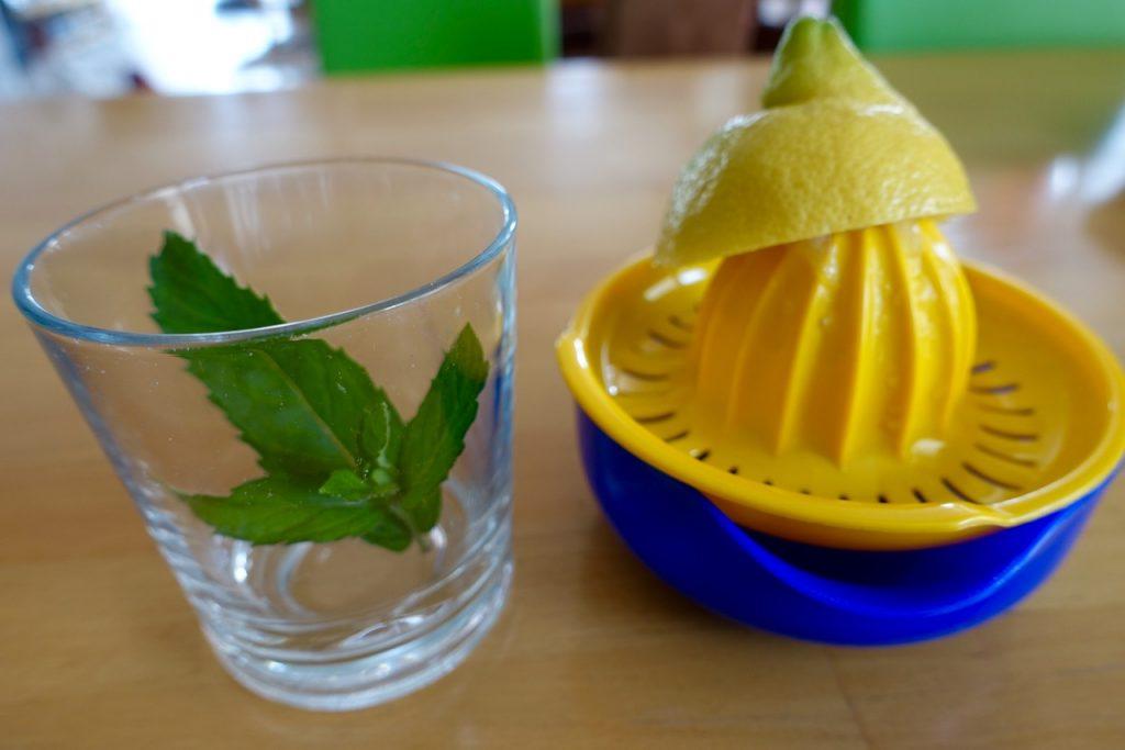Wasser mit Zitrone - Shampoo selbst machen