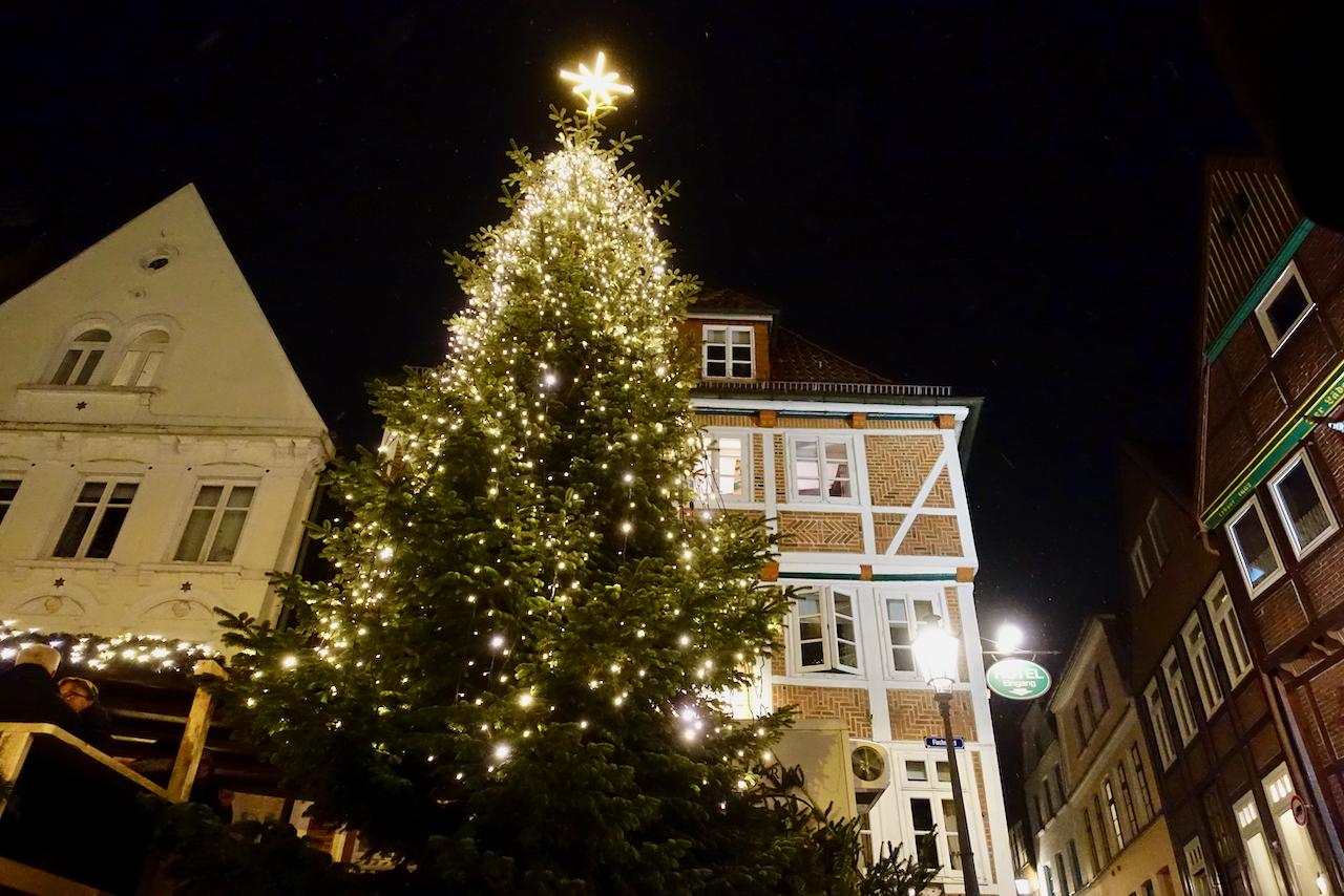 Weihnachtsmarkt vor historischer Kulisse einer Hansestadt in der Metropolregion Hamburg