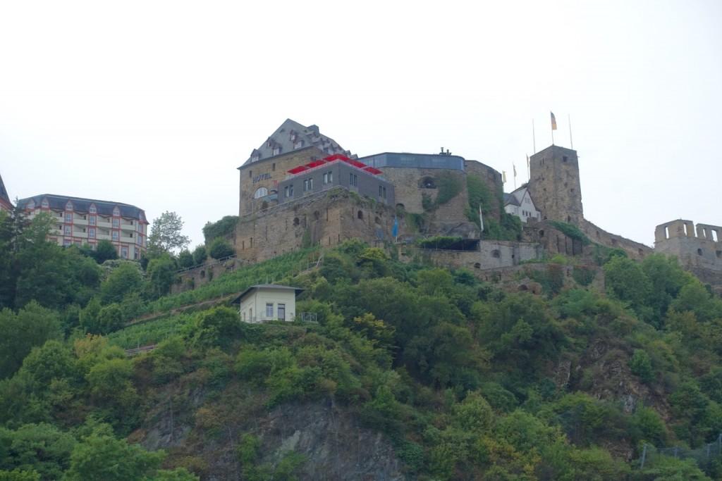 Blick hinauf zum Schloss und zur Burg Rheinfels