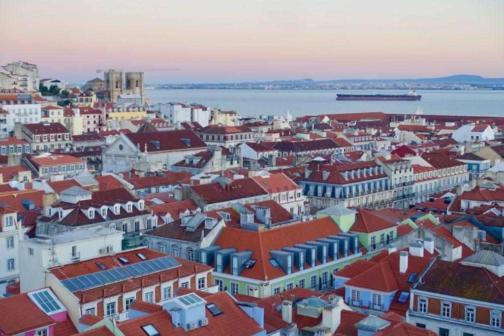 Blick über Lissabon zum Sonnenuntergang