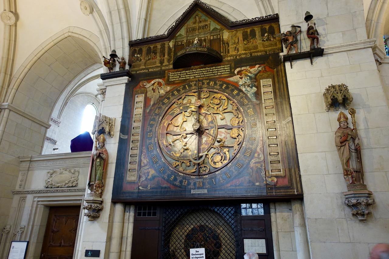 Astronomische Uhr mit Glockenspiel