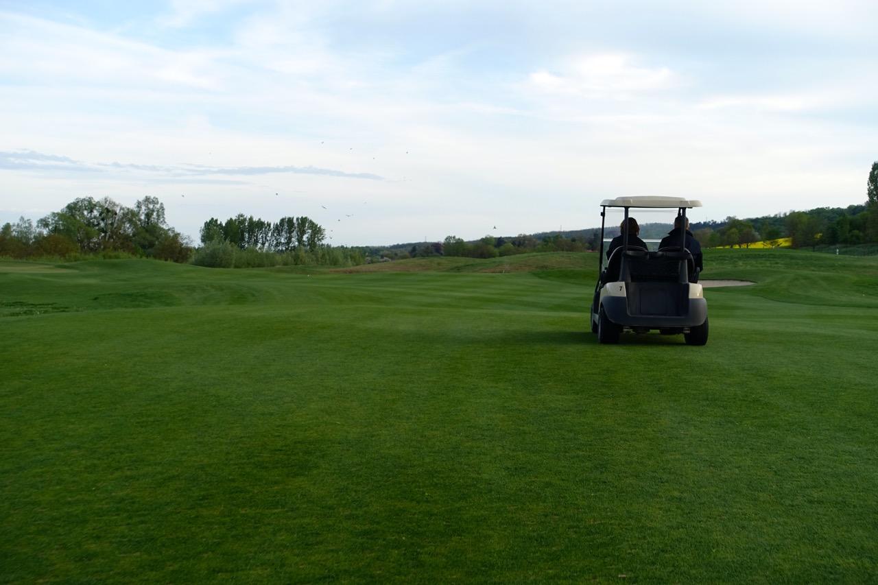 Mit dem Golfcart über den Platz – Golf Resort Zala Springs