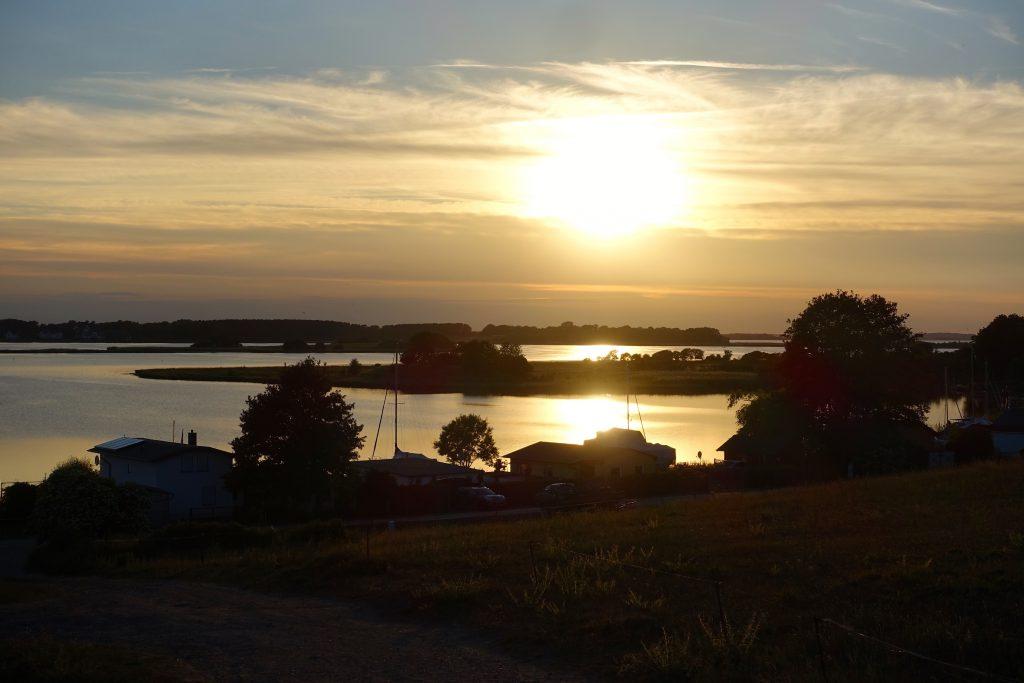Sonnenuntergang am Achterwasser - unbeschwert reisen, sich einfach treiben lassen
