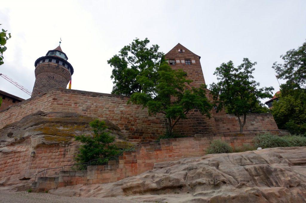Blick hoch zur Burg