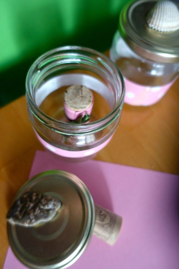 Wunschgläser mit Korken-Wellness-Gutschein gefüllt
