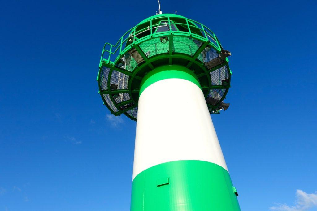 Der grün-weiße Leutturm in Travemünde