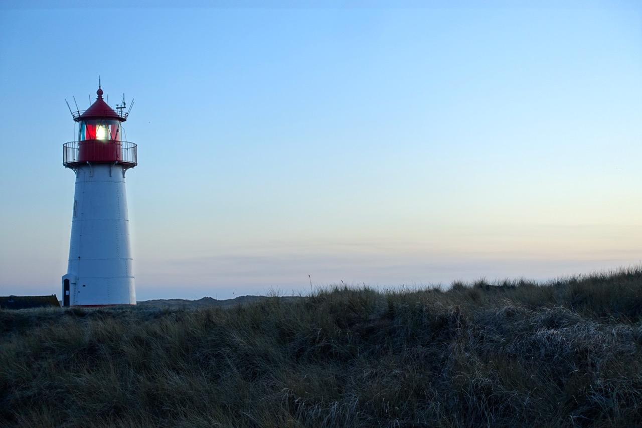 Sonnenuntergang Sylt – Leuchtturm List blaue Stunde