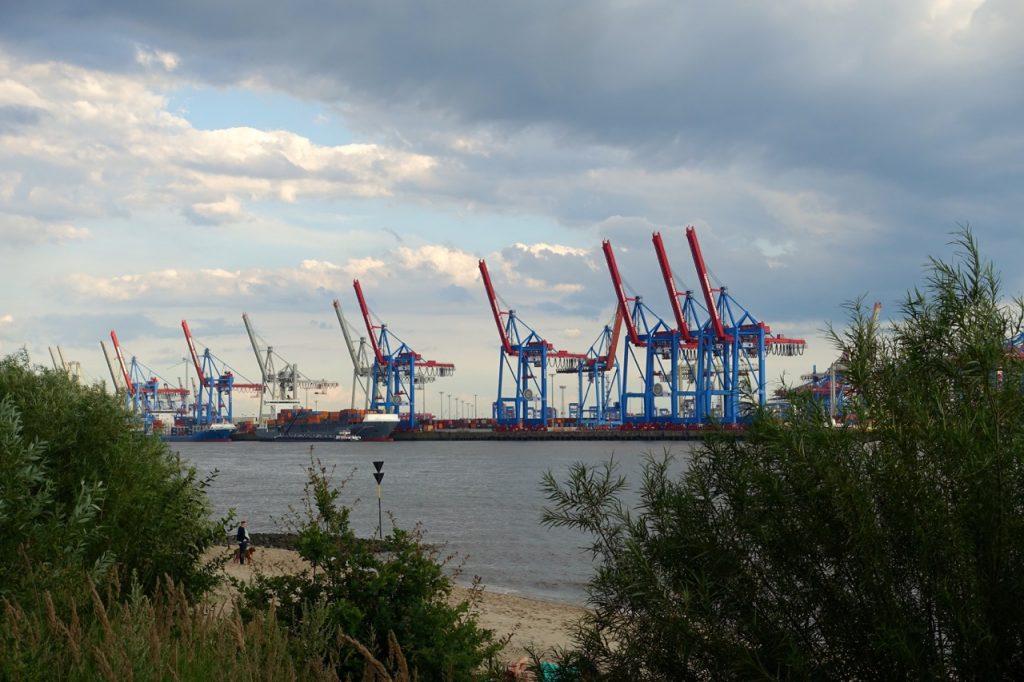 Elbstrand Hamburg mit Blick auf den Hafen