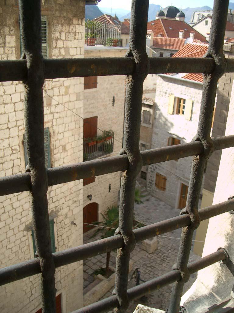 Blick aus einer Zelle auf die Strasse