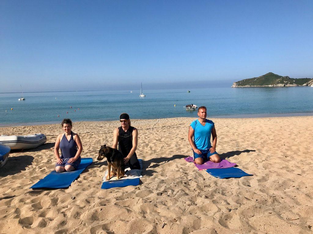 Yoga am Strand auf Korfu