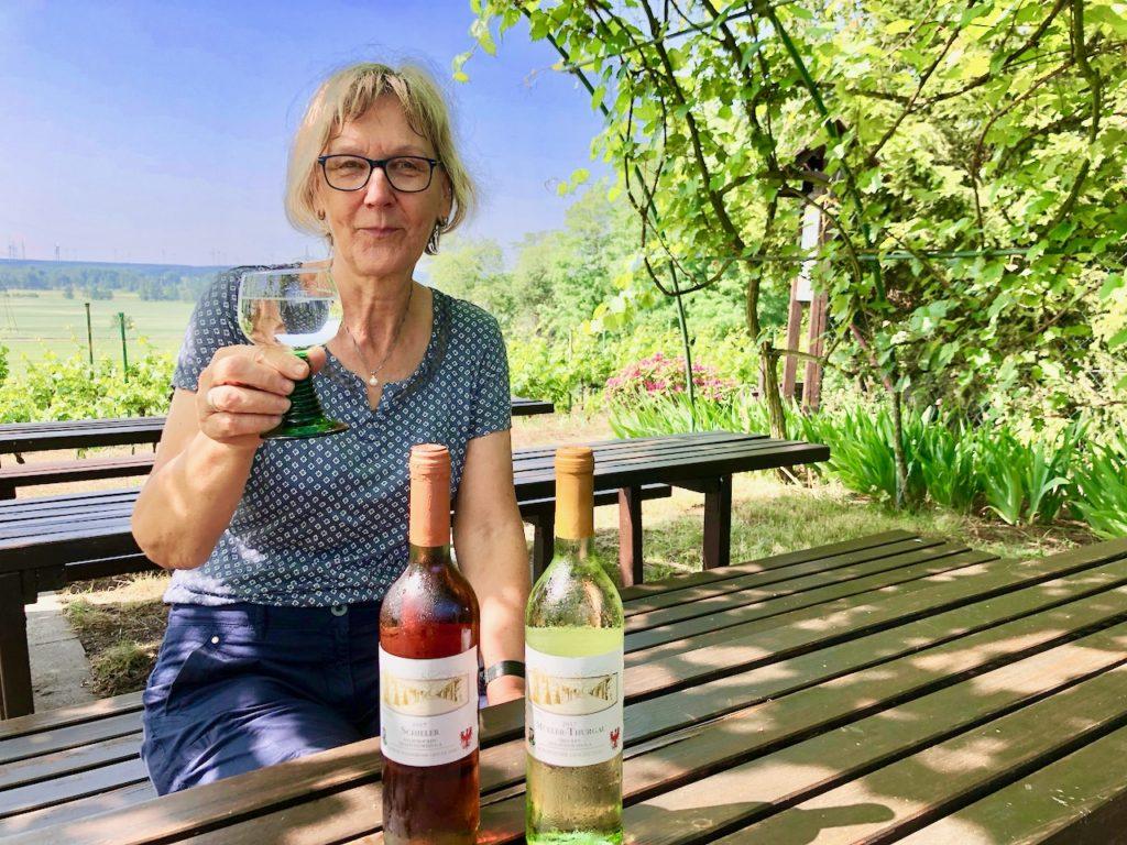Anette Engel laedt zur Weinprobe auf dem Weinberg Schlieben