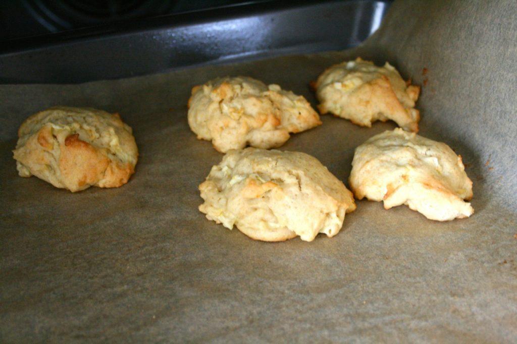 fertig gebackene Apfel-Cookies - leckeres Apfel Dessert - Rezept Kekse