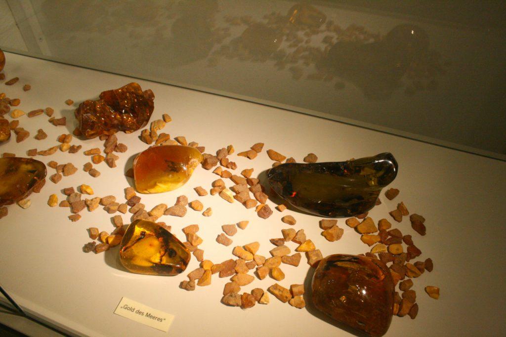 Bernsteinausstellungsstücke im Felsenmuseum in Bernstein