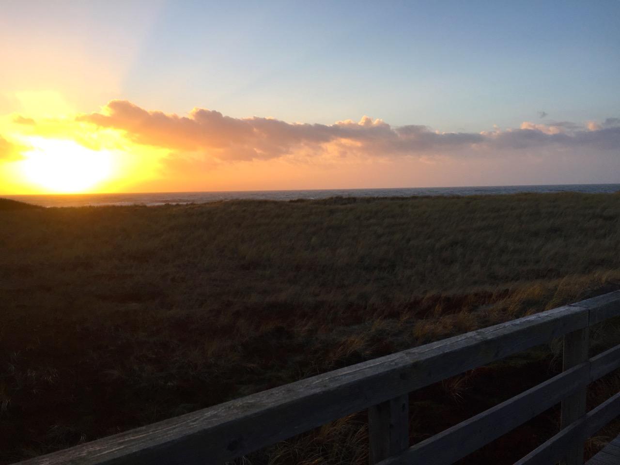 Die Sonnen geht unter am roten Kliff Sylt
