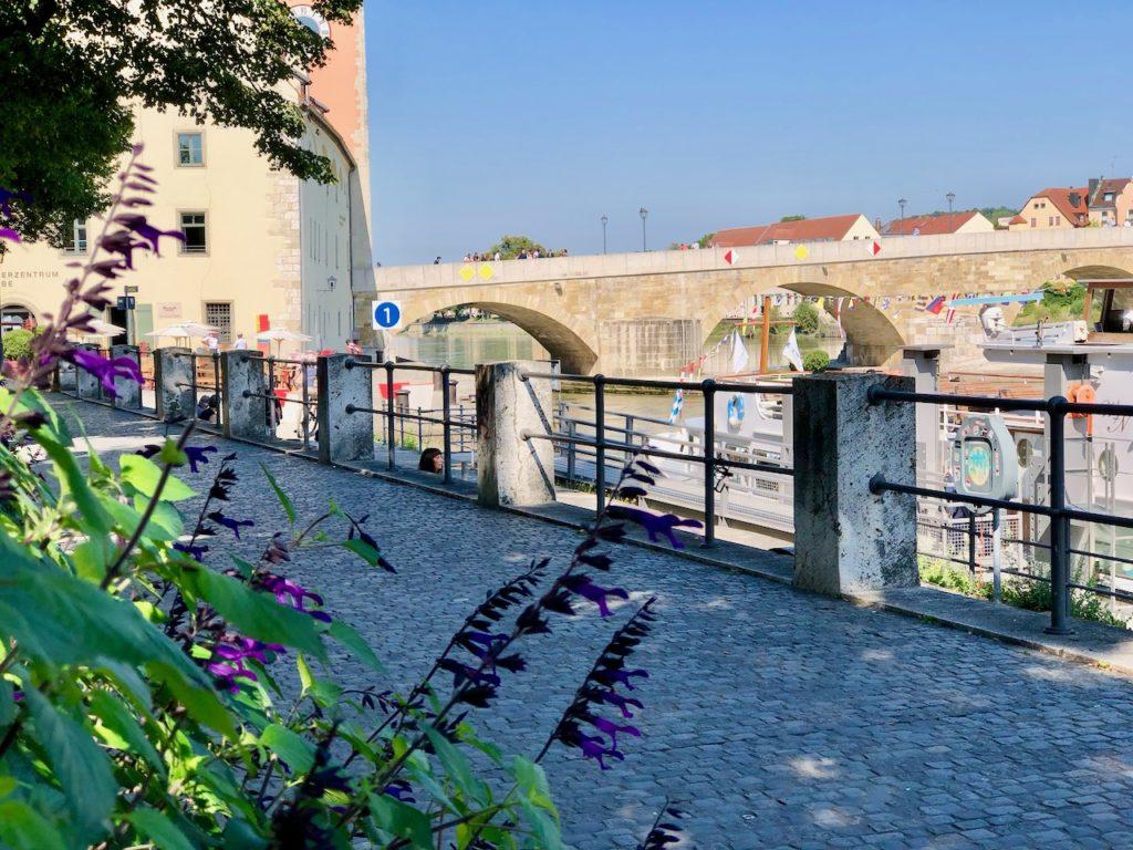 Spaziergang entlang der Donau in Regensburg