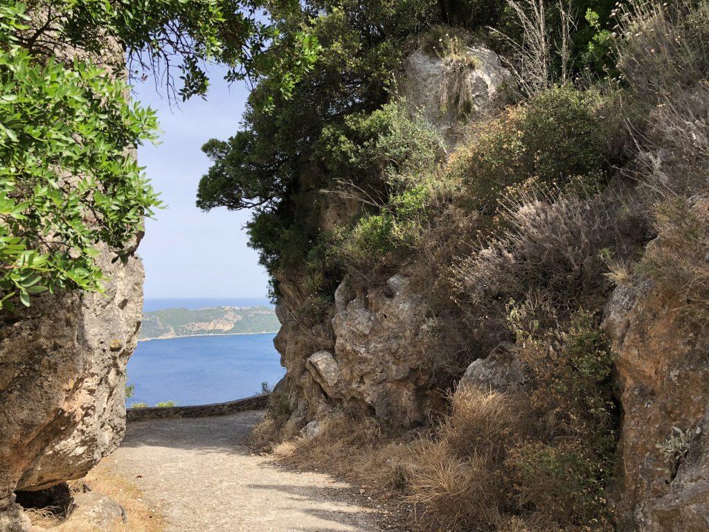 Korfu Trail durch das Felsentor