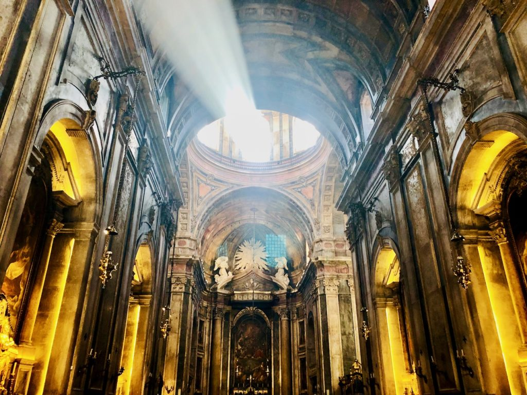 Blick in eine Kirche Lissabon