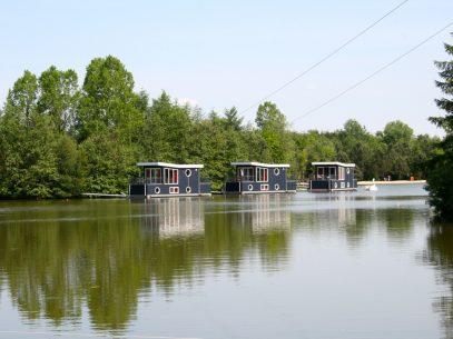 Ungewöhnliche Übernachtungsmöglichkeiten in Deutschland -Hausboote im Center Parcs Bispinger Heide