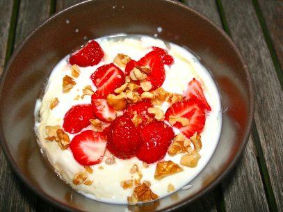 Naturjoghurt mit Erdbeeren aus dem eigenen Garten, Walnussstückchen und Holunderblütensirup
