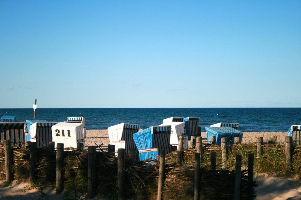 Entspannte Momente am Strand mit Blick auf das Meer