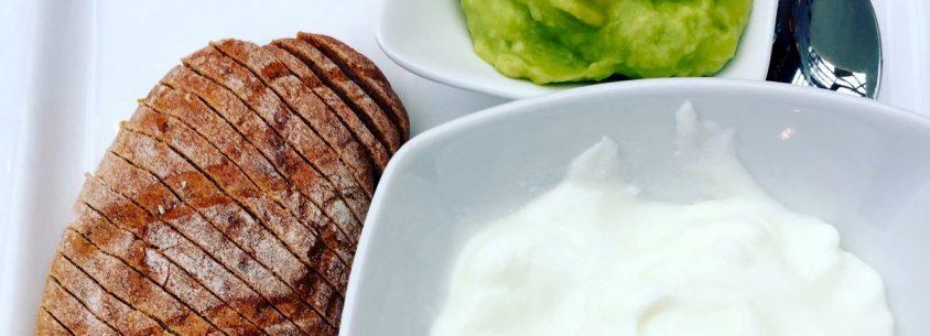 Frühstück Tag 2 - Semmel, Joghurt, Avocado