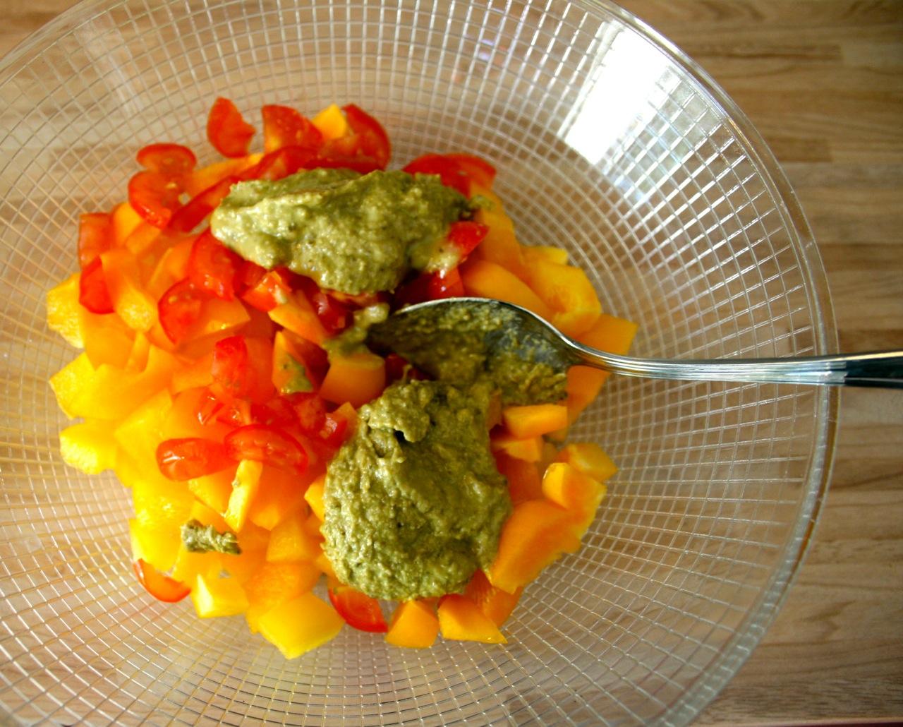 Das Gemüse mit der Pesto vermischen - Superfood Rezepte