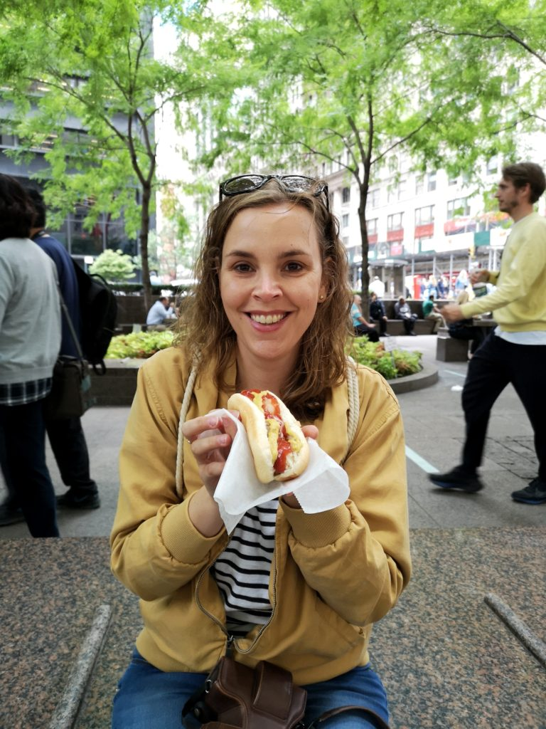 Reisebloggerin Imke genießt in New York ein Hot Dog