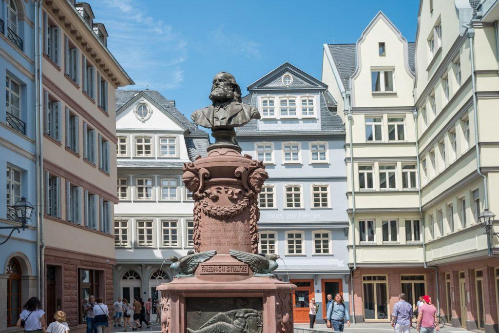 Neue-Altstadt-Stoltze-Brunnen_Copyright-visitfrankfurt_Holger-Ullmann