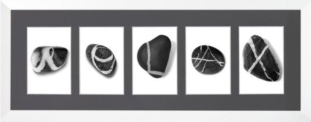 RELAX geschrieben mit Kiesebuchstaben von Alexander Pohle, als individuelles Geschenk mit Alphabet-Fotos. SW-Fotos im weißen Holzrahmen.