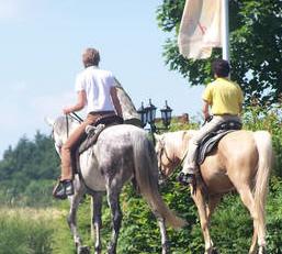 Ins Hotel & Spa Resort Freund in Oberorke kann man sogar mit eigenem Pferd anreisen